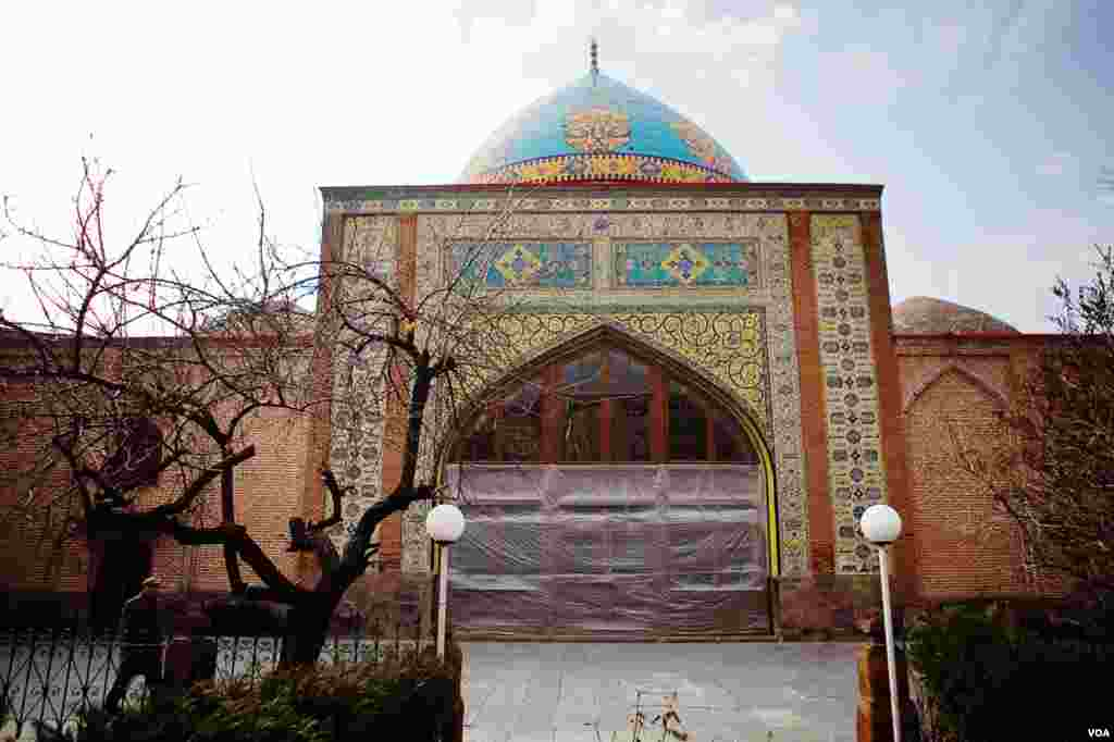 """Built in the 1760s by a Persian ruler of Armenia, Yerevan's """"Blue Mosque"""" was renovated in the 1990s with financing from Iran, Feb. 25, 2013. (V. Undritz/VOA)"""