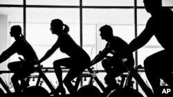 실내자전거 운동을 하는 사람들 (자료사진)
