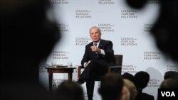 前纽约市长迈克尔·布隆伯格在美国外交关系委员会举办的活动中讲话(美国之音章真拍摄)