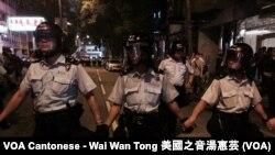시위대의 정부청사 진입을 막고 있는 홍콩 경찰