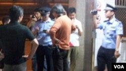 警方在木樨地对外国记者进行盘问和登记
