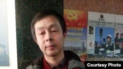 2月20日,李蔚前往北京治安总队申请游行示威。(博讯图片)