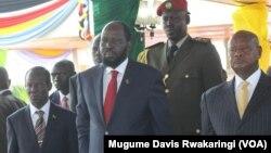Presiden Salva Kiir (tengah) menyaksikan parade HUT kemerdekaan di ibukota Juba hari Rabu (9/7).