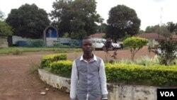 Dauda Mohamed Fullah a survécu à Ebola mais continue à faire face à la stigmatisation à Sierra Leone. (Photo prise le 17 octobre 2014 par Nina deVries/VOA)
