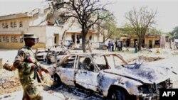На месте взрыва у католической церкви Святой Терезы в городе Мадалла. 25 декабря 2011 г.