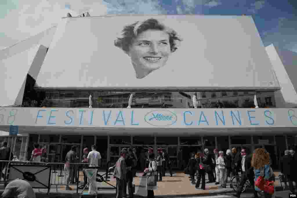 ورودی کاخ جشنوراه شصت و هشتمین جشنواره فیلم کن. این جشنواره امسال برای ادای دین به اینگرید برگمن تصویری از او را بر روی پوستر جشنواره قرار داده است.