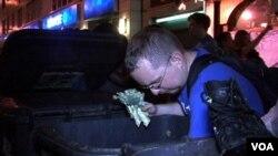 Jeremy, karyawan sebuah universitas di New York, menemukan brokoli dari tong sampah di depan supermarket.