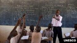 គ្រូបង្ហាត់ម្នាក់បង្រៀនសិស្សនៅសង្កាត់ Lodwar ក្នុងក្រុង Turkana នៃប្រទេសកេនយ៉ា។ លោក រកប្រាក់បន្ថែមដោយលោកនិងភរិយាបើកហាងតូចមួយ។ (K. Prinsloo/ ARETE/UNESCO)