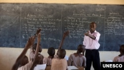 An instructor teaches students in Lodwar, Turkana, Kenya. He supplements his teachers salary with a small shop managed by him and his wife. (K. Prinsloo/ ARETE/UNESCO)