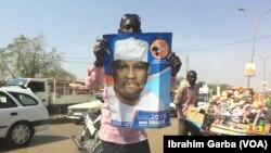 Un partisan tient l'affiche de campagne de l'opposant Hama Amadou, avant le premier tour de l'élection présidentielle