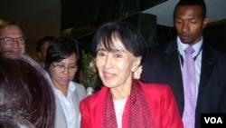 緬甸民主運動領袖昂山素季9月18日抵達美國之音華盛頓總部接受專訪(美國之音Neeta Maskey-Torrini 拍攝)