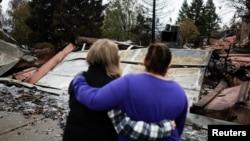 Stanovnici Paradisea ispred uništenih kuća