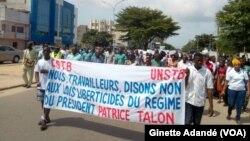 Des travailleurs béninois manifestent contre la limitation du droit de grève à dix jours par an à Cotonou, Bénin, 13 septembre 2018. (VOA/Ginette Adandé)