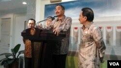 Dari kiri, Menteri ESDM Sudirman Said, Menteri Keuangan Bambang Brodjonegoro, Menteri Pariwisata Arief Yahya dan Menko bidang Perekonomian, Sofyan Djalil saat mengumumkan paket kebijakan ekonomi di Istana Negara, Jakarta hari Senin 16/3 (foto: VOA/Iris Gera).