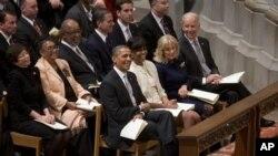 Presiden Barack Obama dan ibu negara AS, Michelle Obama, Wapres Joe Biden dan istrinya, Jill Biden, menghadiri kebaktian di Gereja Katedral Washington sebagai bagian dari tradisi dalam rangkaian acara Pelantikan Presiden AS, 22 Januari 2013. (AP Photo/Carolyn Kaster)