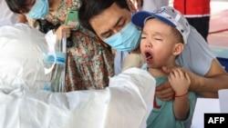 中国福建厦门一名儿童接受新冠病毒核酸检测。(2021年9月18日)