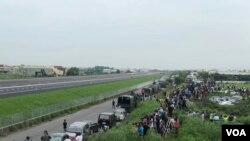 台灣民眾聚集在戰備道旁等待觀看戰機起降演練。 (美國之音蕭洵)