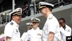 美軍第七艦隊旗艦藍嶺號抵達上海。圖為中國海軍東海艦隊副司令員支天龍少將(左)與美國海軍第七艦隊司令奧庫安(右)交談。