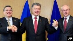 Tổng thống Ukraine Petro Poroshenko (giữa) chụp hình cùng Chủ tịch Ủy ban châu Âu Jose Manuel Barroso (trái) và Chủ tịch Hội đồng châu Âu Herman Van Rompuy tại Brussels, 27/6/2014