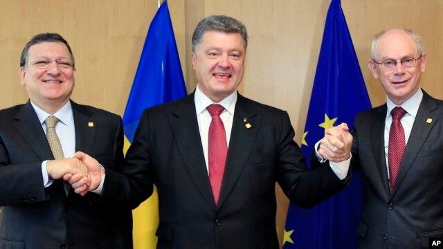 Tổng thống Ukraine Petro Poroshenko (giữa), Chủ tịch Ủy ban Châu Âu Jose Manuel Barroso (trái), và Chủ tịch Hội đồng châu Âu Herman Van Rompuy tại hội nghị thượng đỉnh EU ở Brussels, ngày 27/6/2014.
