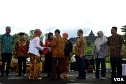 Pemerintah Indonesia diwakili Anung Sugihantono menyerahkan pin kepada sejumlah tokoh yang dianggap berjasa memerangi penyakit TBC di Indonesia. (foto:VOA/Munarsih Sahana).