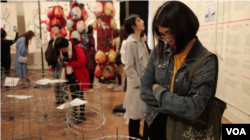 Pameran #MeToo di China yang digelar di New York. (Foto: VOA)