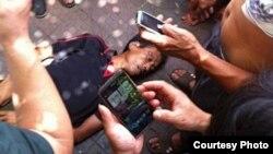 民众围观被湖南临武城管当街打死的瓜农(图片取自网络)