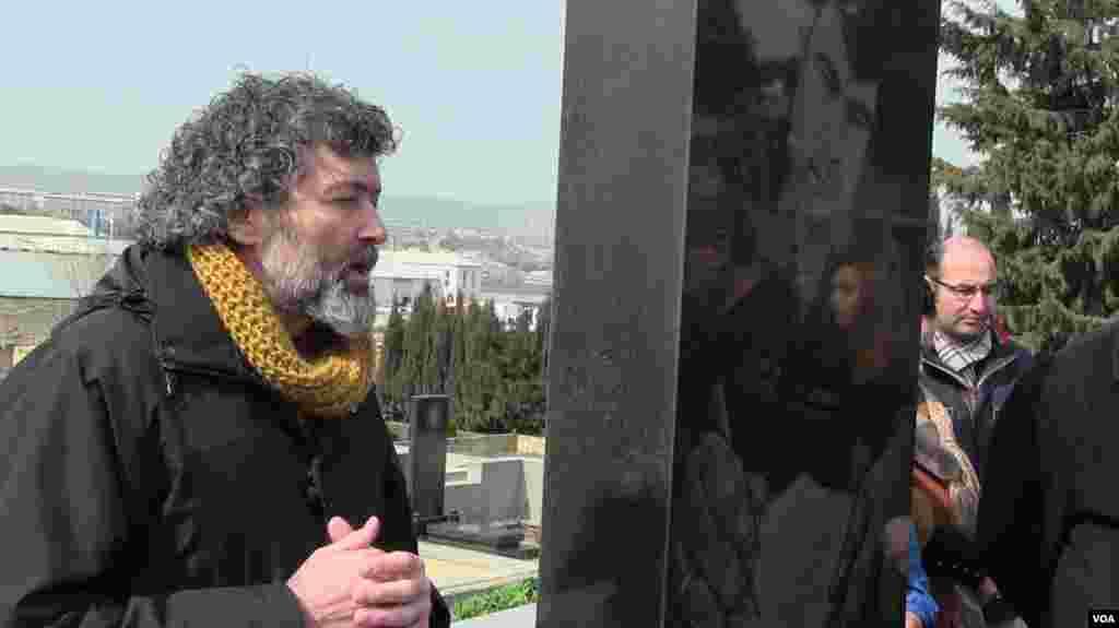 Şahbaz Xuduoğlu Elmar Hüseynovun məzarı önündə