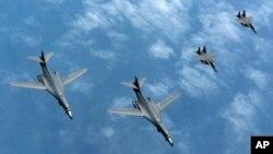 美军轰炸机飞越朝鲜半岛(资料图)