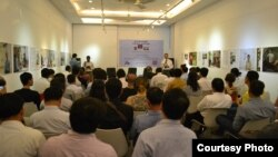 """Speakers from the opposition party and civil society discuss """"Freedom in the Making? The Cambodian Constitution, Writing and Reality?"""" in a debate organised by Friedrich Naumann, September 25, 2015 in Meta House. (Courtesy Photo/Kun Nak's Friedrich Naumann)"""