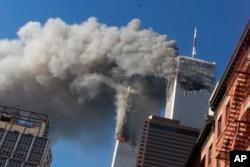 ورلڈ ٹریڈ سینٹر کے دونوں ٹاورز میں مسافر بردار طیارے ٹکرانے کے بعد دھواں اٹھنے کا منظر۔ (فائل فوٹو)