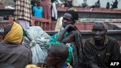 南蘇丹難民在難民營等待救援。
