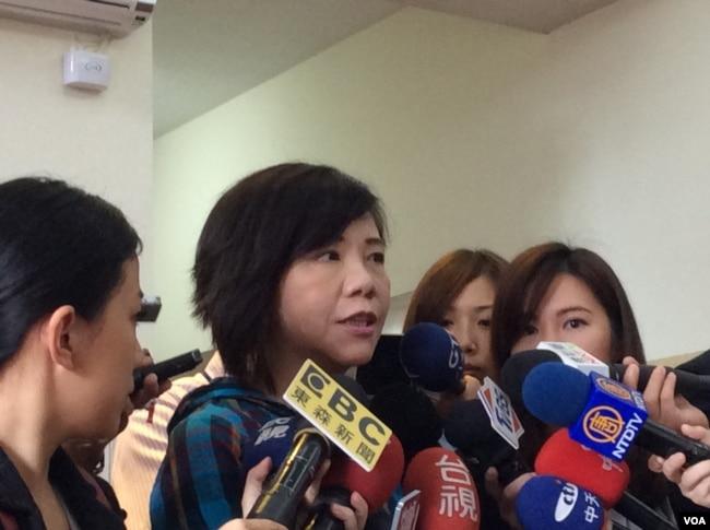 台湾民进党立委叶宜津2017年6月19日在立法院回答媒体提问(美国之音记者申华 2017年6月19日)