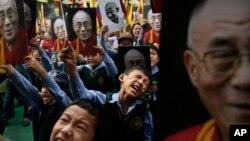 지난 달 인도 뉴델리의 현지 티베트 학교 학생들이 달라이 라마를 지지하는 행진을 벌였다. (자료사진)