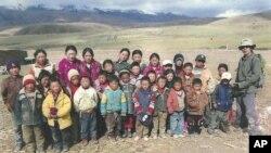 被逮捕的藏人教师雅玛次仁(右一)与学生在一起的照片 (美国之音藏语组提供)