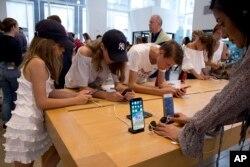 지난 8월 미국 뉴욕 애플 매장에서 소비자들이 신형 스마트폰을 체험하고 있다.