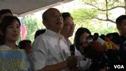 台湾在野党国民党正副总统候选人韩国瑜、张善政11月18日在中选会登记后接受媒体采访(美国之音记者齐勇明拍摄)