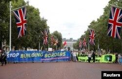 Manifestantes anti-Brexit avanzan hacia el Palacio de Buckingham en Londres, el 31 de agosto de 2019. Reuters/Peter Nicholls.