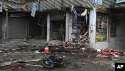 Un soldado afgano inspecciona los escombros dejados por la explosión en el Kabul Bank, en Jalalabad, Afganistán.