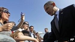 Tổng thống Obama chào những người ủng hộ tại sân bay quốc tế O'Hare ở Chicago, 16/3/2012