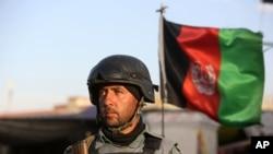Binh sĩ Afghanistan canh gác tại hiện trường một vụ đánh bom tự sát.