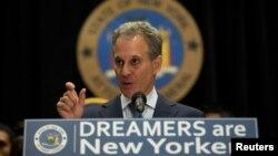 에릭 슈나이더맨 뉴욕주 법무장관이 6일 기자회견을 통해 '불법체류 청소년 추방유예' (DACA) 폐지 반대 소송 착수를 발표하고 있다.