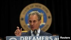 Tổng chưởng lý New York Eric T. Schneiderman loan báo khởi kiện để bảo vệ DACA tại một cuộc họp báo ở Trường đại học John Jay, New York, ngày 6/9/2017.