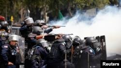 Cảnh sát Thái Lan nhắm vũ khí vào người biểu tình chống chính phủ trong cuộc đụng độ ở thủ đô Bangkok, ngày 18/2/2014.