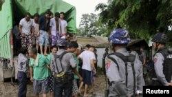 Công dân Trung Quốc khai thác gỗ bất hợp pháp đến tòa án ở Myitkyina ở phía bắc Myanmar, ngày 22/7/2015.