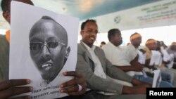 Somali jurnalistlari hibsga olingan hamkasbi suratini ushlab turibdi. 27-yanvar 2013-yil.
