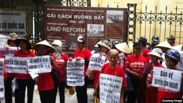 Biểu tình bên ngoài cuộc triển lãm Cải cách Ruộng đất ở Hà Nội.
