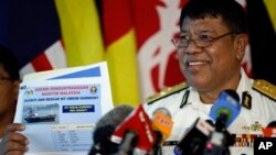 Wakil direktur badan maritim Malaysia, Ahmad Puzi Abdul Kahar, menunjukkan gambar tanker yang hilang dalam konferensi pers di Kuala Lumpur (15/6). (AP/Vincent Thian)