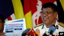Phó Giám đốc Cơ quan Hàng hải Malaysia, Ahmad Abdul Puzi Kahar, cầm hình chiếc tàu chở dầu Malaysia MT Orkim Harmony bị cướp trong một cuộc họp báo tại Kuala Lumpur, Malaysia, ngày 15/6/2015.