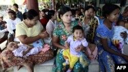 Các bà mẹ Miến Điện bồng con chờ khám bệnh tại bệnh viện Mae Tao ở thị trấn biên giới Mae Sot, Thái Lan (hình lưu trữ)